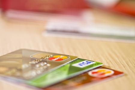 VOLGOGRAD - 22 de abril: Las tarjetas bancarias plástico Visa y MasterCard están sobre la mesa .April 22, 2015 en Volgogrado, Rusia. Foto de archivo - 39414043