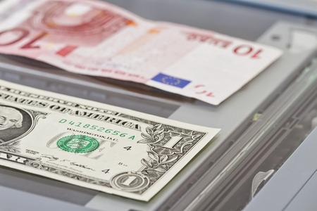 dinero falso: Denominaciones de un dólar y ? 10 se encuentran en la fotocopiadora