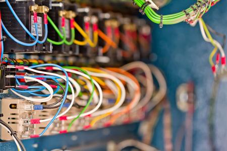 circuitos electricos: La estructura interna de una instalación móvil para el tratamiento térmico de las uniones soldadas Foto de archivo