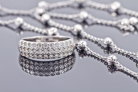Engagement Silberring mit Edelsteinen und Feinsilber-Kette Standard-Bild - 44145410