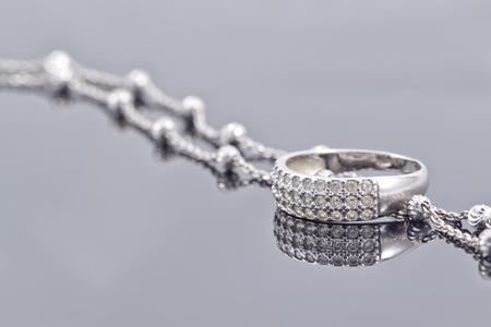 pietre preziose: anello d'argento fidanzamento con pietre preziose e multa catena d'argento