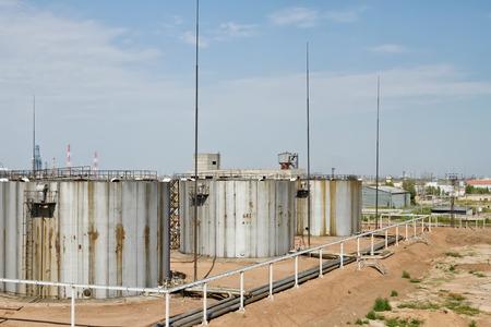 sustancias toxicas: Tanques de almacenamiento oxidados viejos para sustancias tóxicas