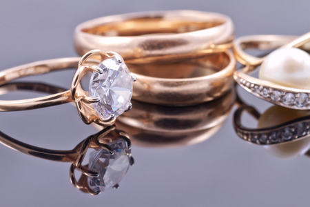 Various women's gold rings: gemstone, Bridal and pearls Archivio Fotografico