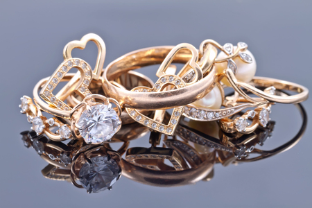 Various women's gold jewelry : rings, earrings and pendant Foto de archivo