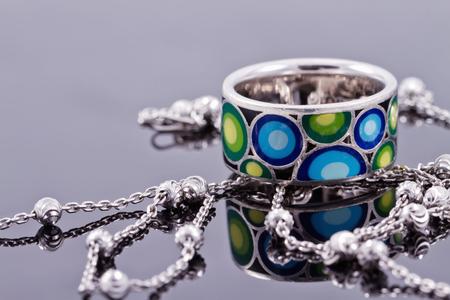 piedras preciosas: anillo de plata de compromiso con piedras preciosas y cadena de plata fina
