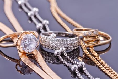 Schmuck-Sets von Gold und Silber: Kette und Ring Standard-Bild - 45646911