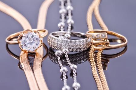 Sistemas de la joyería de oro y plata: la cadena y el anillo Foto de archivo - 45646959