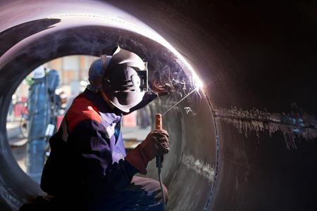 soldadura: La soldadura ra�z de la soldadura del soldador desde el interior de la carcasa de aparatos qu�micos