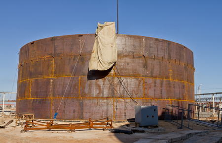 erection: Erection of storage tanks by the method of sheet Assembly. Installation of the fourth zone. Stock Photo