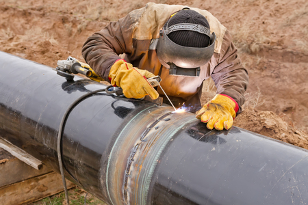 trabajador petroleros: Montajes Soldador en el tronco de protección electroquímica de tuberías