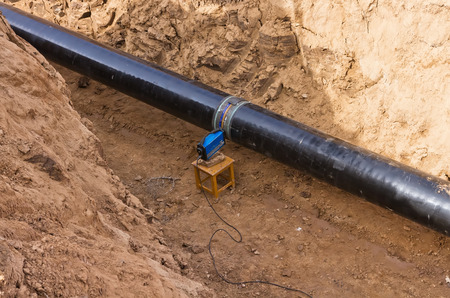 radiographic control of fixed welded joints of gas supply piping high pressure inside the trench Foto de archivo