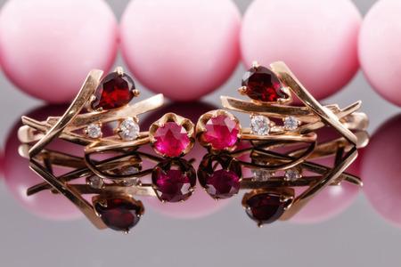 zafiro: dos pares de aretes de oro con rubíes y alexandrites de diferentes épocas Foto de archivo
