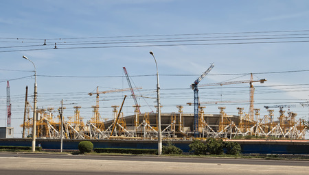 mondial: VOLGOGRAD, RUSSIA - AUGUST 22: Construction works on erection of steel structures of the stadium Victory for the world Cup 2018. August 22, 2016 in Volgograd, Russia.