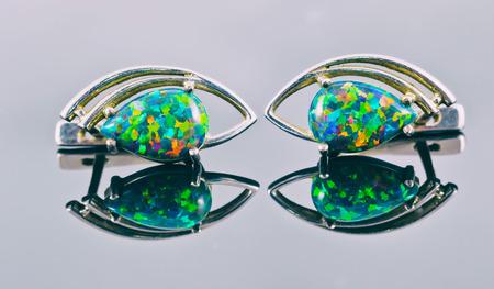 Silber Ohrringe in Form von menschlichen Augen mit mehrfarbigen Halbedelsteinen Standard-Bild