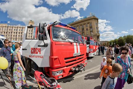 under fire: VOLGOGRADO - 10 de septiembre: Un camión de bomberos en el chasis KAMAZ en la exposición de equipos contra incendios bajo el cielo abierto. 10 de septiembre de, 2016, Volgogrado, Rusia.