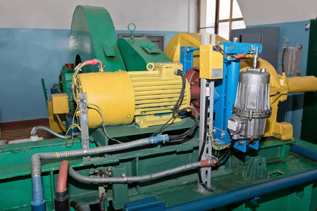 Installation for filling and emptying the lock chamber water with electric pump