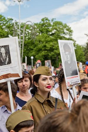 MOZDOK、ロシア - 5 月 9 日: 不滅の連隊 - 3 月子孫を運んでいる戦争の死者の親族の肖像画。2017 年 5 月 9 日 Mozdok、ロシア、北オセチア共和国で