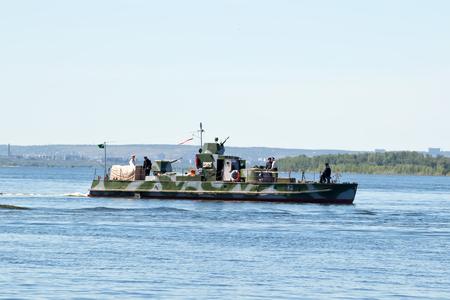 seconda guerra mondiale: VOLGOGRAD - 29 MAGGIO: Ricostruito dagli appassionati della nave da guerra di Togliatti durante la seconda guerra mondiale, navigando sulla Volga. 29 maggio 2017 a Volgograd, in Russia.