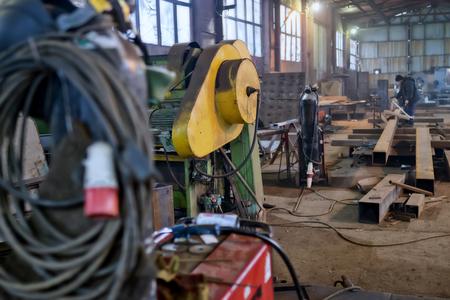 Atmosfera pracy w starej spawalni ze szczególnym uwzględnieniem starej gilotyny hydraulicznej i profili metalowych Zdjęcie Seryjne