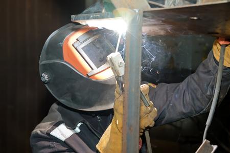Welder in workshop conditions sample weld from sheet metal to undergo certification Standard-Bild