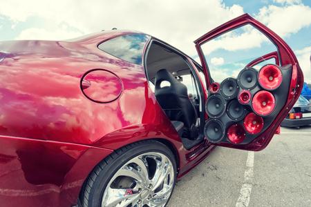 Auto mit einer großen Anzahl von installierten Audio-Lautsprechern und Subwoofer
