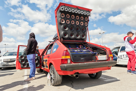 VOLGOGRAD - APRIL 21: Car with installed powerful subwoofer, amplifier and audio speakers to participate in car audio competitions. April 21, 2018 in Volgograd, Russia. Foto de archivo - 107048080