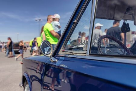 Serial cars with tuning and improved engines at the open air exhibition Stockfoto