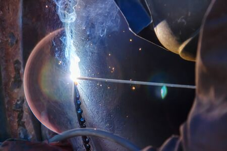 Welder in the mask and protective clothing is gaining increased cladding weld Stock fotó