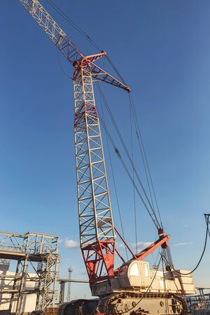 A self-propelled crawler crane is being used for the construction of a new petrochemical complex Standard-Bild