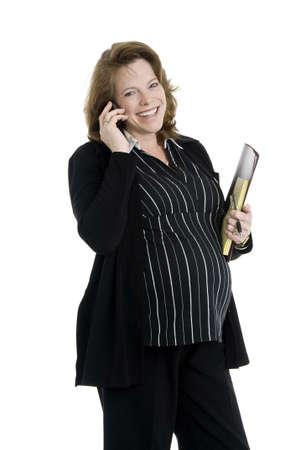 pad pen: feliz embarazadas empresaria en su cuarenta, utilizando el tel�fono celular, celebraci�n de carpeta y notas, l�piz, aislados en blanco