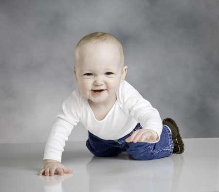 casi: Baby boy arrastr�ndose hacia la c�mara, Linda sonrisa, camiseta y pantalones vaqueros, casi un a�o de edad, dos dientes visibles