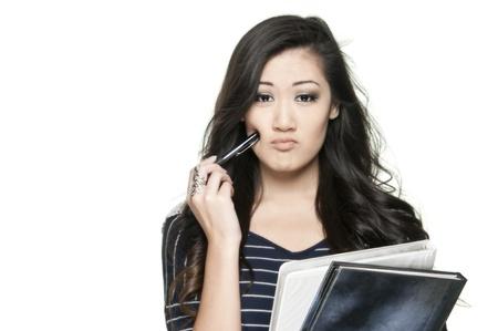 mujeres pensando: hermosa estudiante adolescente asi�tico buscando confundido, tratando de tomar una decisi�n