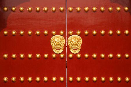 Een traditionele rode deur op Tempel van de Hemel in Beijing, China.