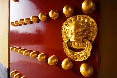 Een traditionele rode deur aan Tempel van de Hemel in Beijing, China.