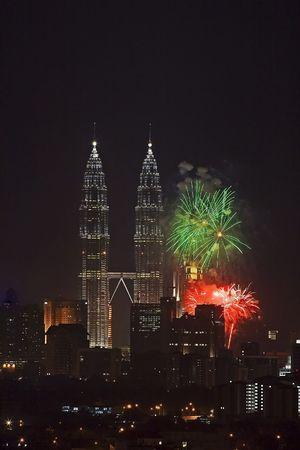 Vuur werk op de Petronas Twin Towers, Kuala Lumpur, Maleisië.