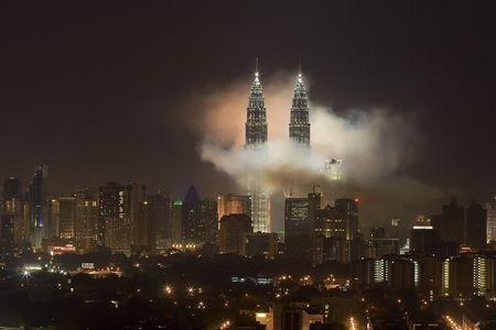 petronas: Fuegos artificiales a las torres gemelas Petronas, de Kuala Lumpur, Malasia.  Editorial