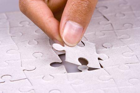 Close-up van de hand spelen legpuzzel.