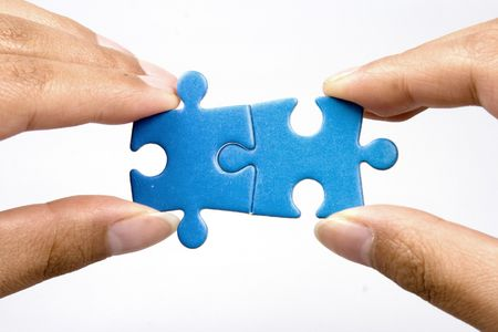 Handen bedrijf twee puzzel puzlle voor toetreding.