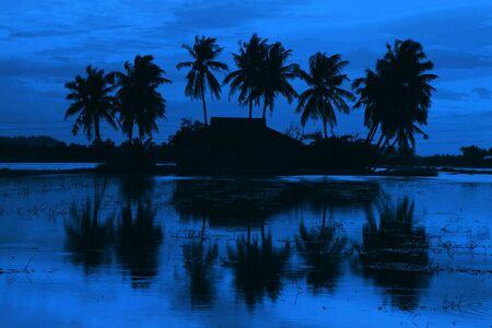 malay village: Tradicional malayo aldea ver la puesta de sol en silueta. Foto de archivo