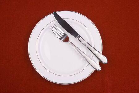 Plaats de instelling van een restaurant in rode achtergrond. Stockfoto