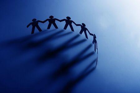 Groep van mannelijke papier keten vertegenwoordigen teamwork. Stockfoto