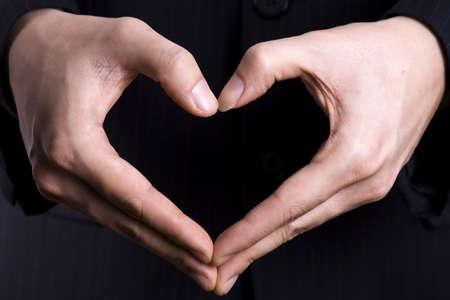 Een hart gebaar in zwart geïsoleerde achtergrond.