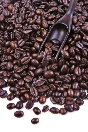 Sommige koffieboon met een houten lepel.