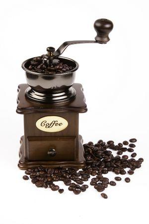 Koffieboon en slijper in de witte achtergrond.