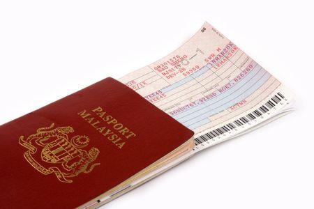 Close up van Maleisië paspoort en vliegticket.