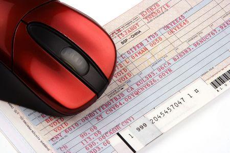Online boeken vliegticket met computer muis.