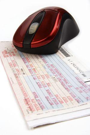 Online boeken van vliegtickets met de computermuis. Stockfoto