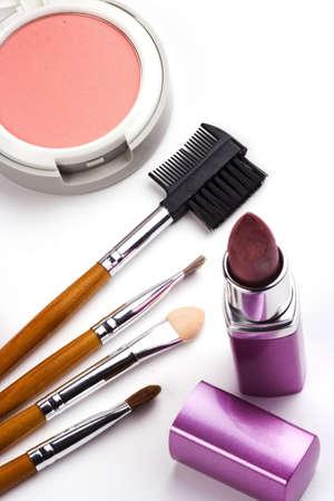 Sommige cosmetische accessoires in geïsoleerde witte achtergrond.