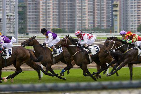 De Horse Racing in Hong Kong Jockey Club. (heb wat ruis toe te schrijven aan de hoge ISO en lichte wazig voor animatie-effect)  Stockfoto