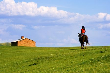 Een Aziatisch meisje op een paard naar huis terugkeren.